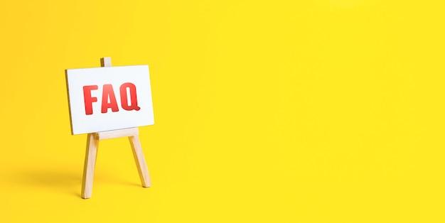 Chevalet avec faq foire aux questions réponses disponibles pour surmonter les difficultés