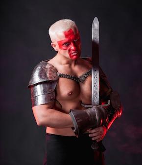 Chevalier avec une épée sur fond rouge foncé
