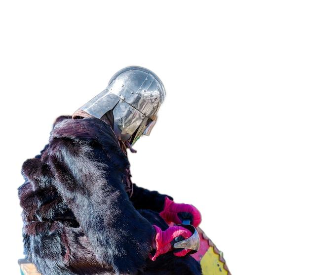 Chevalier médiéval dans une cape de fourrure triste après la bataille sur fond blanc