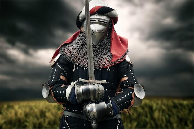 Chevalier médiéval posant avec épée