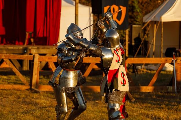 Des chevaliers en armure médiévale se battent lors du tournoi en été. photo de haute qualité