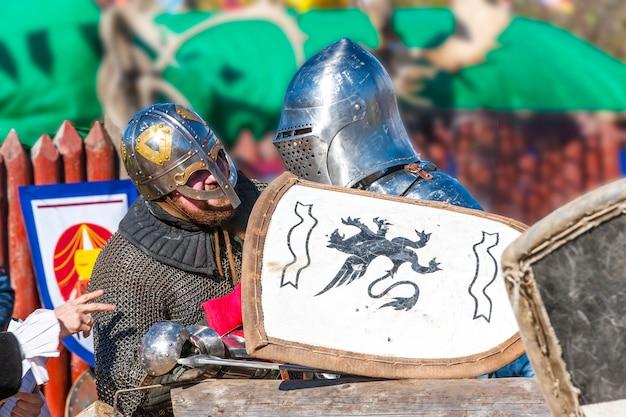 Chevaliers médiévaux parlant.