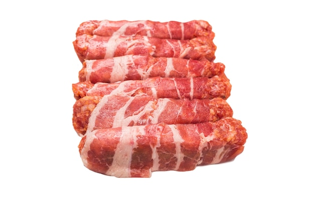 Chevapchichi au bacon isolé sur fond blanc.