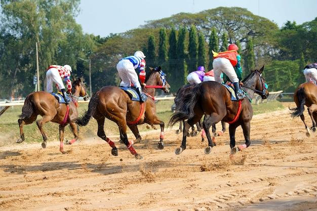 Chevaux de course avec des jockeys
