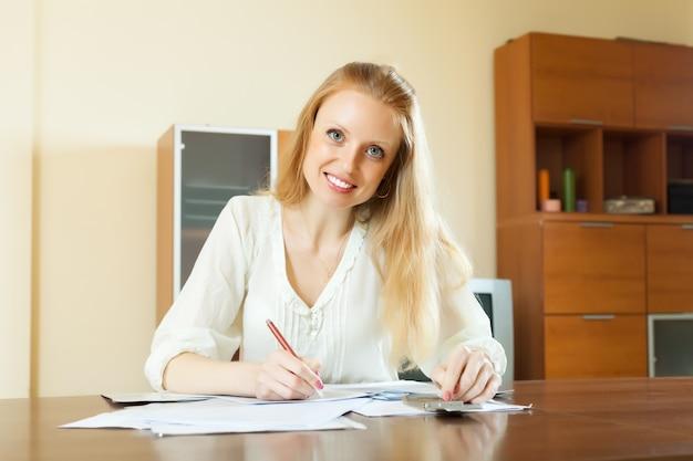 Une chevelureuse blonde remplit le questionnaire