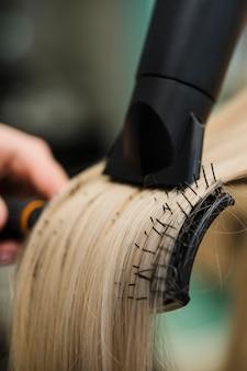 Cheveux blonds en cours de séchage