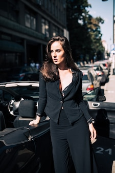 Cheveux bruns femme sexy sur le siège de la voiture