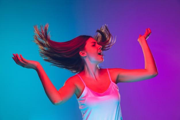 Cheveux dansant soufflant inspiré portrait de jeune femme caucasienne sur fond dégradé