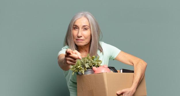 Cheveux gris jolie femme au chômage concept