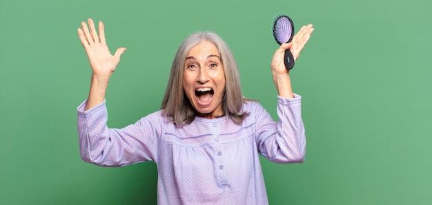Cheveux gris jolie femme réveil et pyjama de tissage