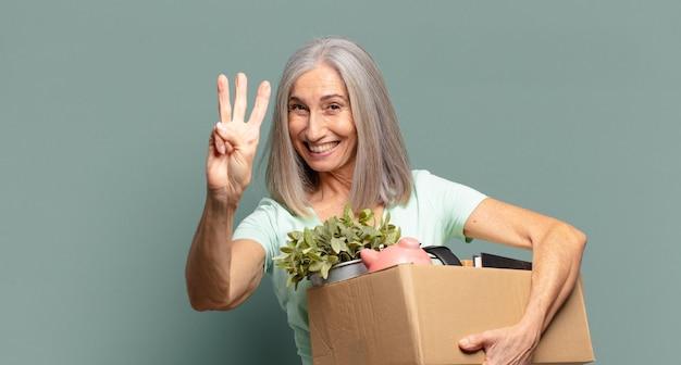 Cheveux gris jolie femme avec des trucs à l'intérieur de la boîte