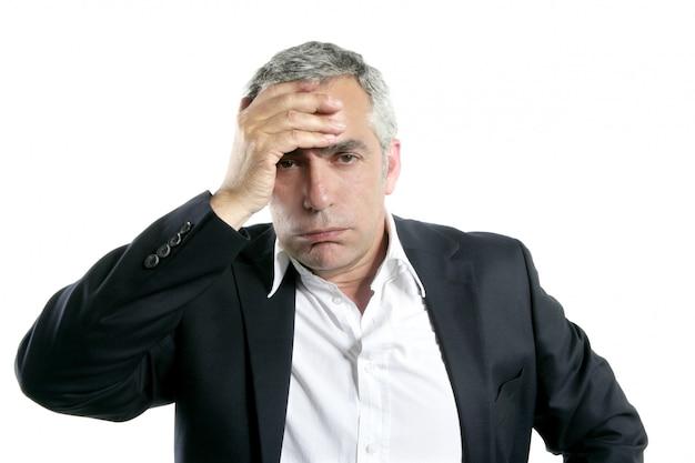 Cheveux gris triste inquiet expertise de l'homme d'affaires senior