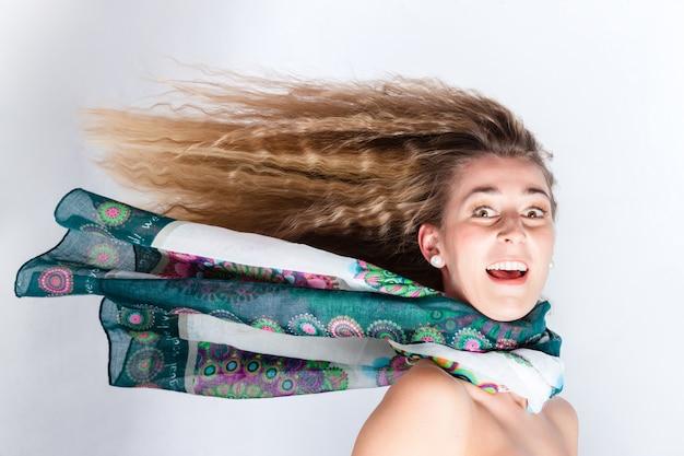 Cheveux longs de femme soufflés par le vent