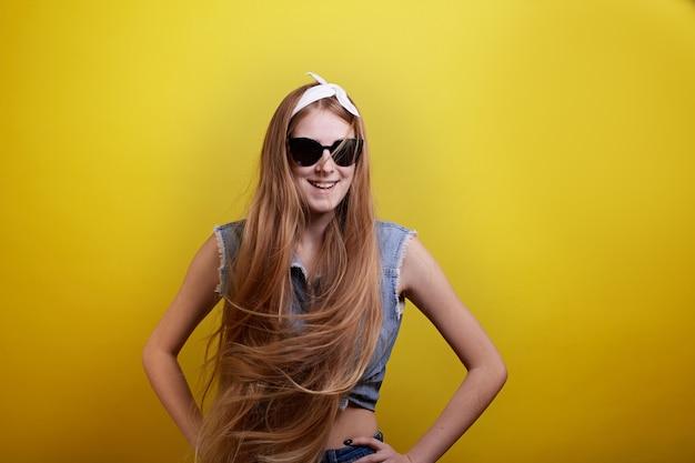 Cheveux longs fille fond jaune