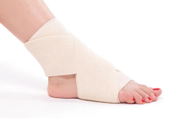 Cheville de femme attachée avec un bandage élastique