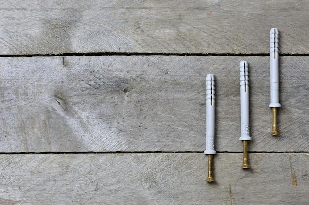 Chevilles sur l'espace background.copy en bois.