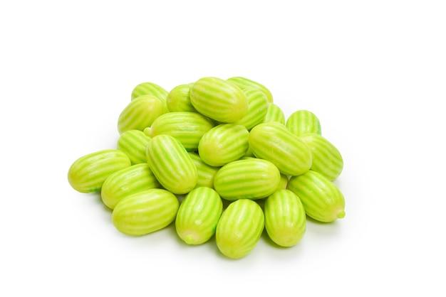 Chewing-gum vert isolé sur fond blanc.