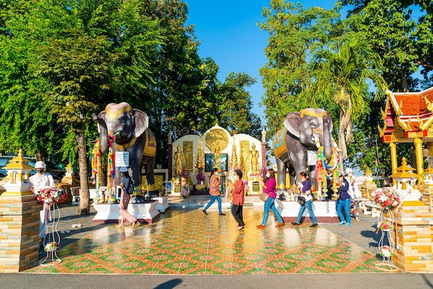 Chiang mai, thaïlande - 6 décembre 2020: vue du wat phra that doi kham (temple d'or) à chiang mai, thaïlande. ce temple est perché sur la colline de doi kham, entouré de magnifiques paysages montagneux.