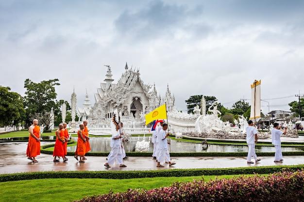 Chiang rai, thalande - 6 novembre 2014 : personnes non identifiées célébrant le festival loi krathong au temple wat rong khun.