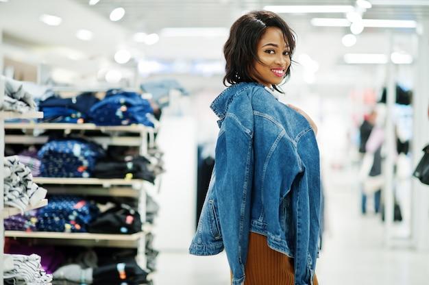 Chic femme en robe tunique marron et veste en jean