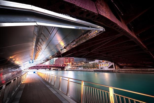 Chicago à l'aube. image de paysage urbain du centre-ville de chicago avec des ponts.