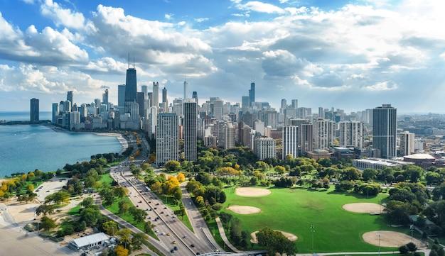 Chicago skyline drone aérien vue de dessus, le lac michigan et la ville de chicago gratte-ciel du centre-ville vue d'oiseau du parc, illinois, usa