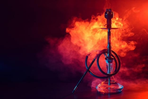Chicha à narguilé avec flacon en verre et bol en métal avec de la fumée colorée