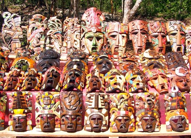 Chichen itza masques en bois fabriqués à la main mayas au yucatan au mexique.