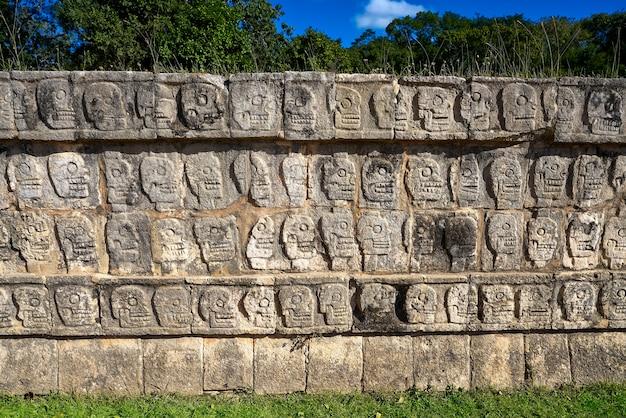 Chichen itza tzompantli le mur des crânes