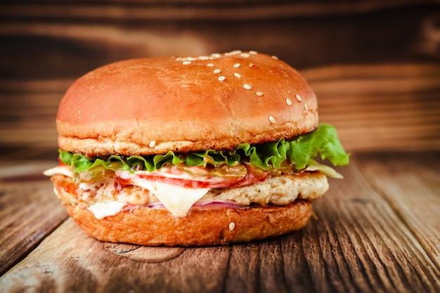 Chickenburger sur un fond en bois