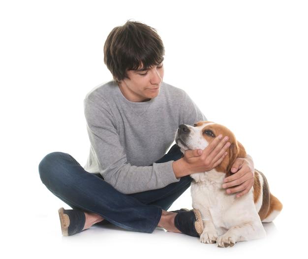 Chien beagle et adolescent