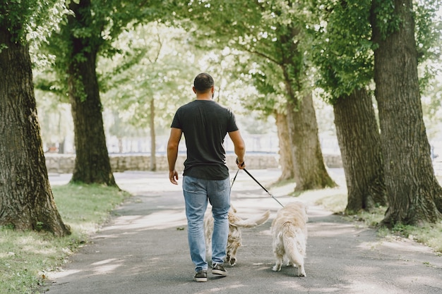 Chien-guide aidant un aveugle dans la ville. beau mec aveugle se repose avec golden retriever dans la ville.