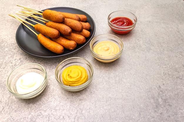 Chiens de maïs maison avec sauces