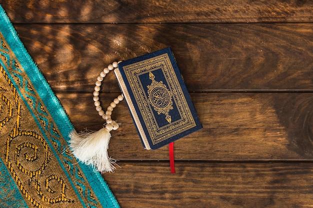 Un chiffon arabe près du coran