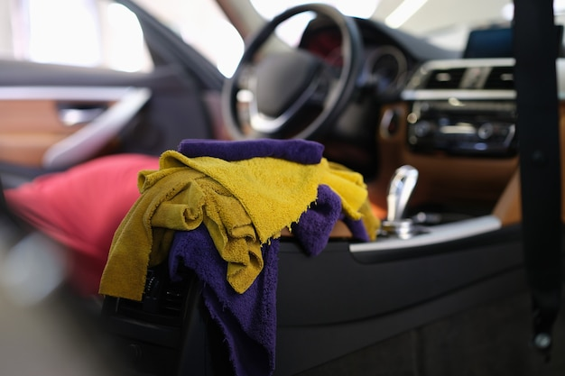 Chiffons en microfibre multicolores se trouvant dans l'intérieur de la voiture en gros plan