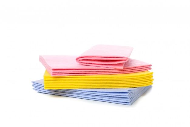 Chiffons multicolores pour le nettoyage isolé sur blanc