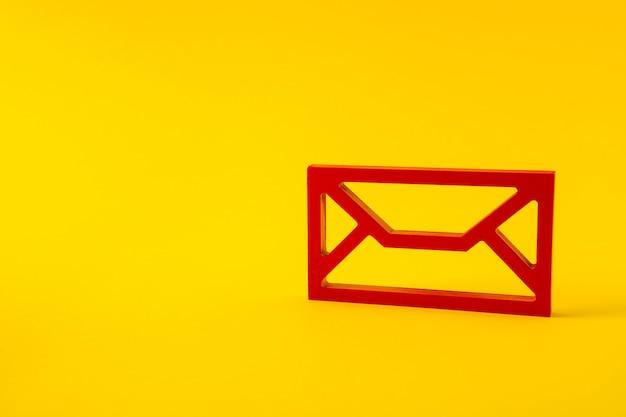 Chiffre rouge du service postal d'enveloppe post connectant la nouvelle application