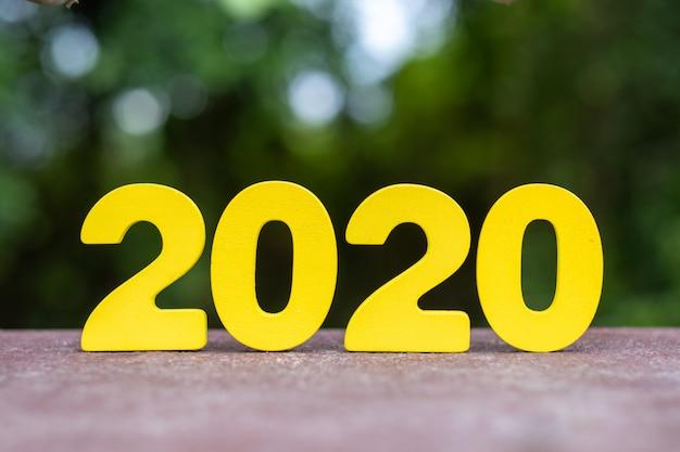 Chiffres 2020 en bois faits à la main sur table