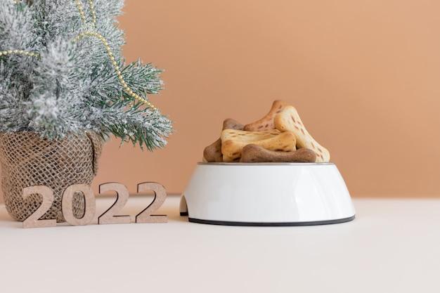 Chiffres 2022 comme symbole de la nouvelle année à venir un bol plein de nourriture pour chiens
