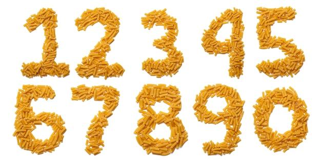 Chiffres arabes de pâtes sèches sur fond blanc isolé. modèle alimentaire à base de tubes de macaroni. alphabet lumineux pour les magasins.