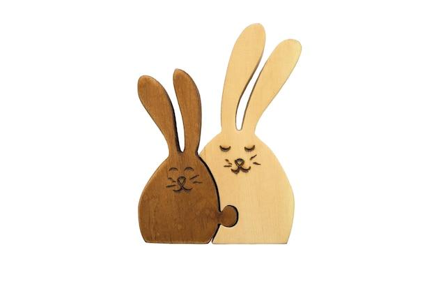 Chiffres en bois de deux lièvres ensemble isolés sur blanc concept d'amour familial mère et enfant