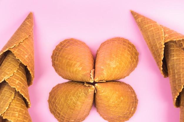 Chiffres de cornets gaufrés pour crème glacée sur fond rose.