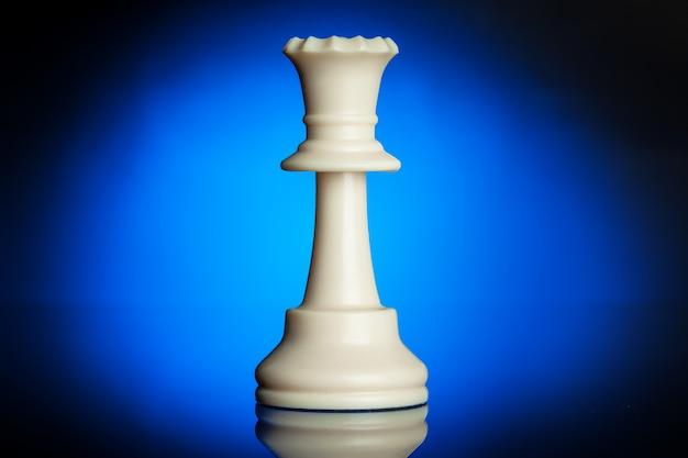 Chiffres d'échecs sur fond noir avec rétro-éclairage bleu
