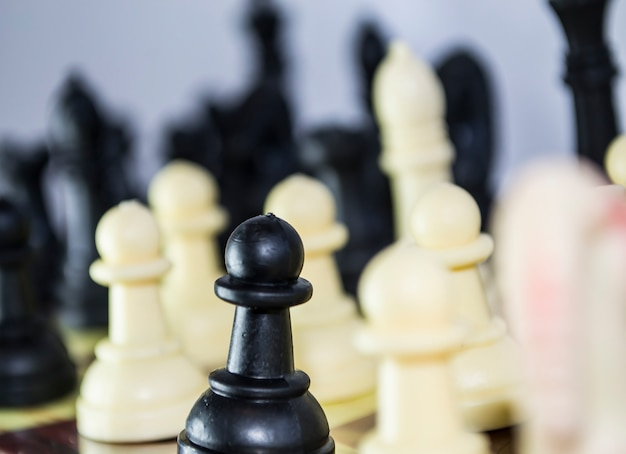Chiffres d'échecs en gros plan en noir et blanc, c'est comme la vie