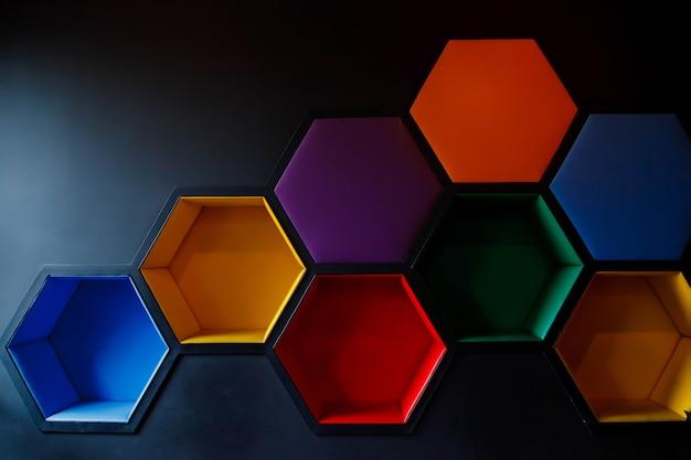 Chiffres hexagonaux colorés sous forme de nids d'abeilles sur le mur