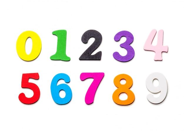 Chiffres multicolores en bois sur blanc
