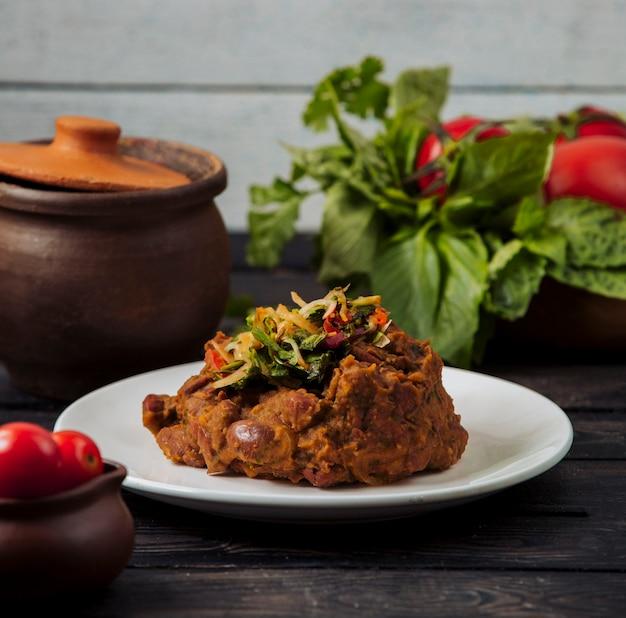 Chig kofte turc avec de la viande et des herbes.