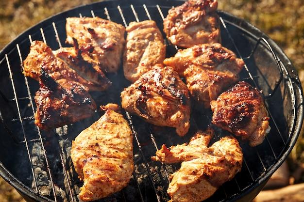 Chiken barbecue sur un grill torréfaction feu ouvert printemps été