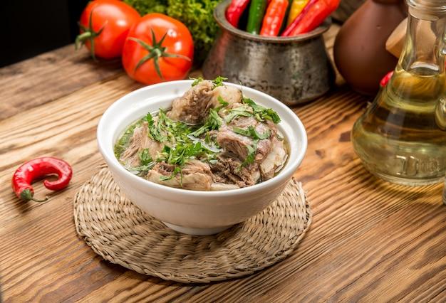 Chikhirtma - soupe géorgienne traditionnelle. fait avec du bouillon de poulet riche
