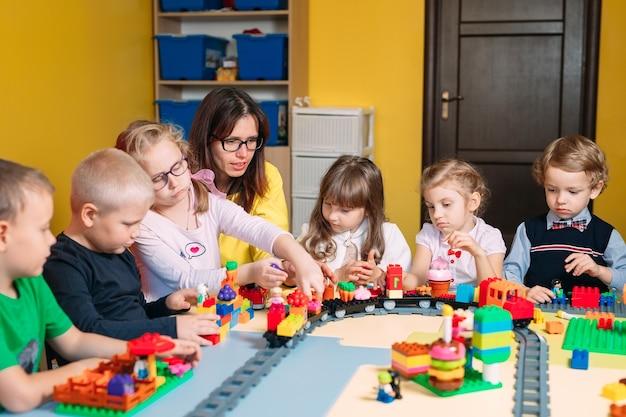 Childs jouant avec des blocs de constructeur en classe